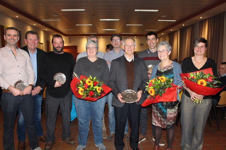 Frans De Schutter samen met de andere gevierde trouwe leden.