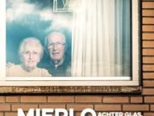 Fotoserie 'Mierlo achter glas' van Petra van Beek in boekvorm uitgegeven