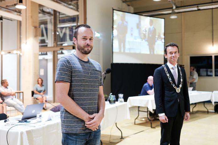 Edelsmid Colin van Elderen (links) en Zevenaar-burgemeester Luciën van Riswijk.