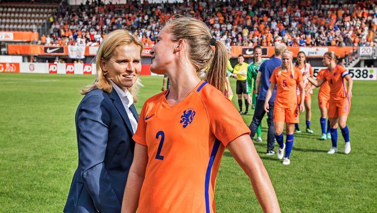 Sarina Wiegman feliciteert Desiree van Lunteren na de ruime overwinning op Wales bij een oefeninterland in Rotterdam op 8 juli. Beeld Guus Dubbelman / de Volkskrant
