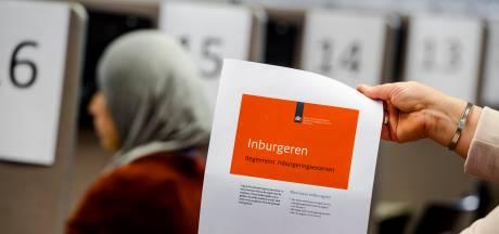 Den Haag zet 'gastvrijer' inburgeringsbeleid door, ondanks hevige kritiek van deel raad
