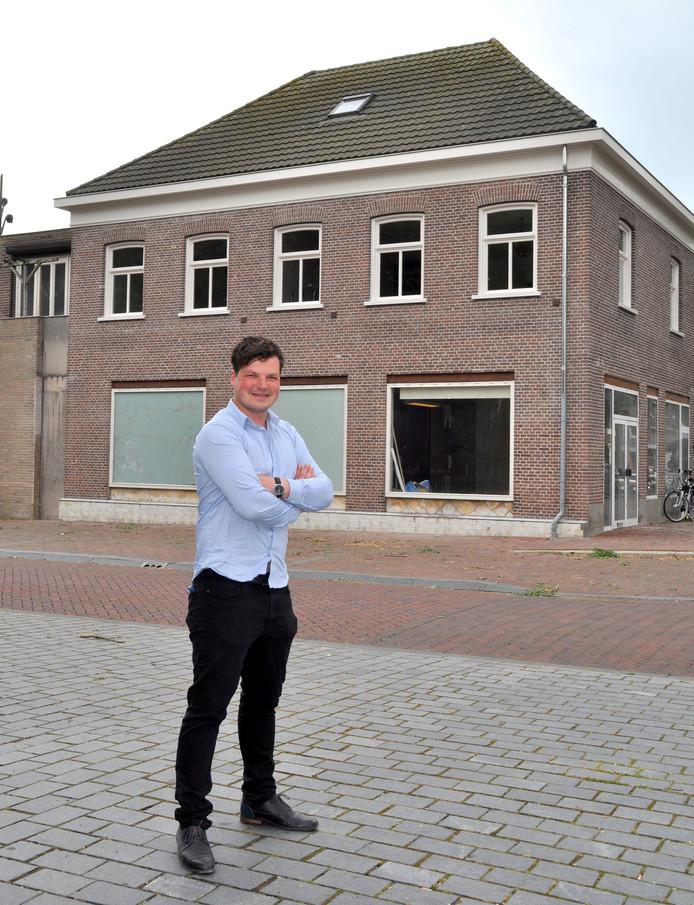 Sjors Dollevoet bij het pand waar zijn nieuwe brasserie moet komen.