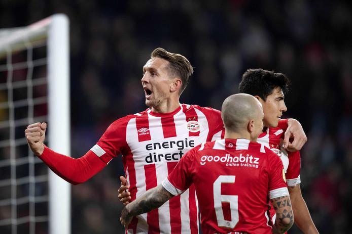 Angeliño  (6) viert de goal van Luuk de Jong.