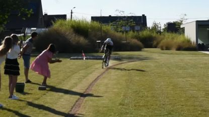 Jenno (19) fietst in eigen tuin wereldrecord bij elkaar: in één uur 35 kilometer