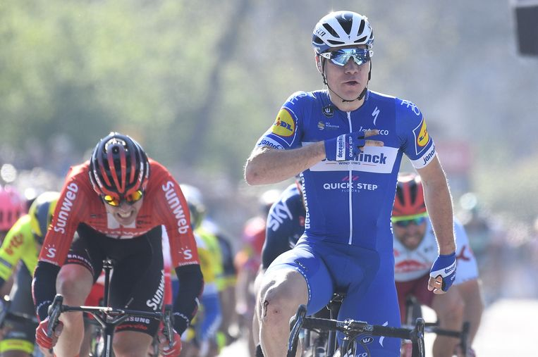 Fabio Jakobsen met twee vingers op zijn borst. Voor de tweede keer op rij wint hij de Scheldeprijs. Beeld BELGA