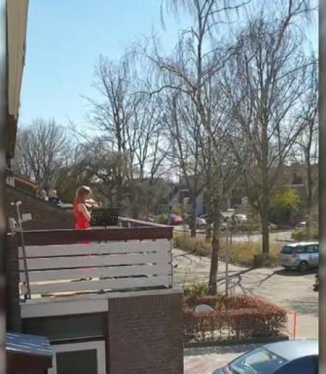 Violiste Noord Nederlands Orkest ontroert buren in Groningen met concert vanaf balkon: 'Alles klopte. De jurk, de zon, de muziek'
