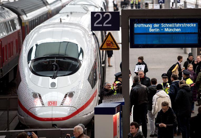 De nieuwe hogesnelheidstrein rijdt met 300 kilometer per uur van München naar Berlijn. Beeld AFP