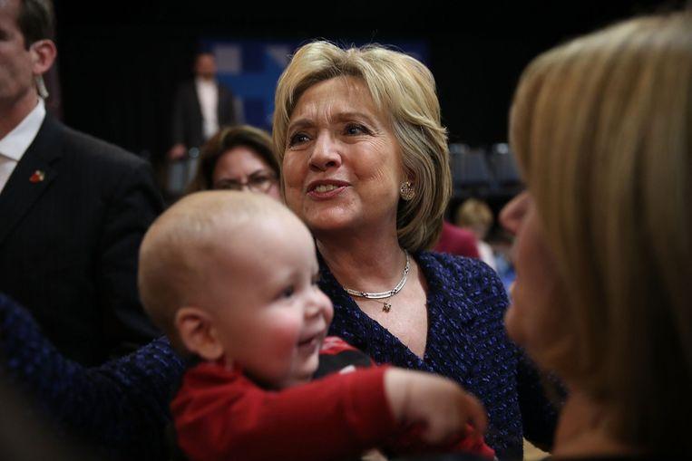Clinton voerde maandag campagne in het plaatsje Waterloo in Iowa. Met nog drie weken te gaan voor de caucus in de staat, moet ze oppassen dat ze niet opnieuw een gevoelige nederlaag lijdt in de boerenstaat. Beeld null
