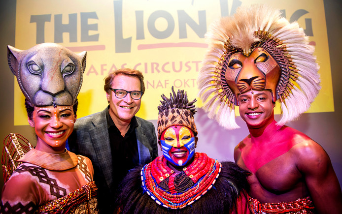 Albert Verlinde, directeur van Stage Entertainment Nederland, poseert met castleden van The Lion King.