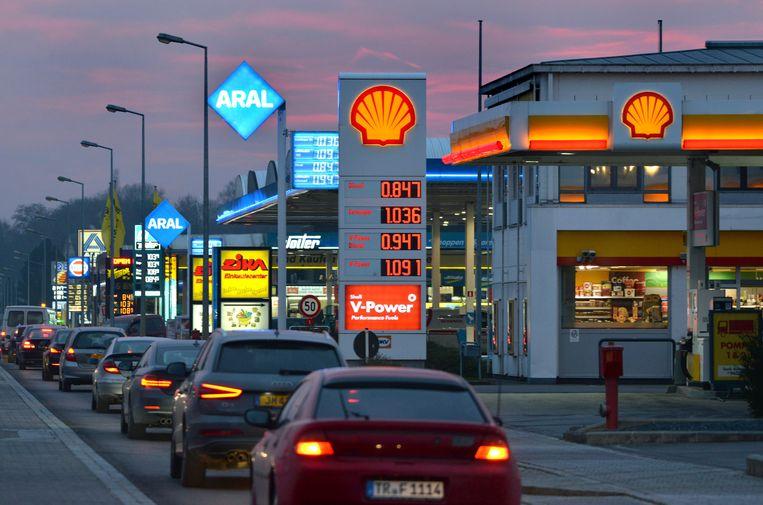 Tanktoeristen in de rij voor een Luxemburgs tankstation.  Beeld Hollandse Hoogte