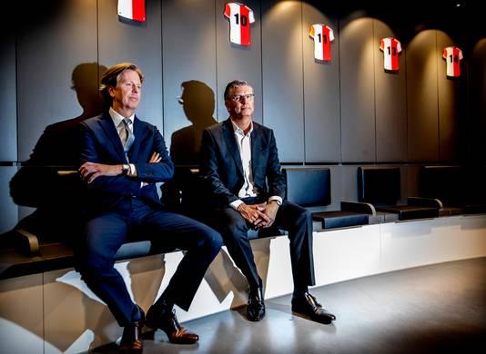 Een tevreden Martin van Geel (l) en Jan de Jong in de nieuwe kleedkamer op het trainingscomplex van Feyenoord.