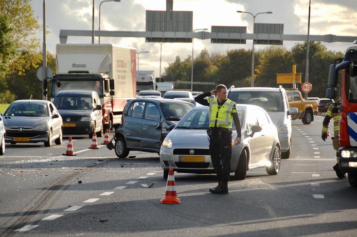 Bij het ongeval werd een auto gemangeld tussen twee andere auto's.