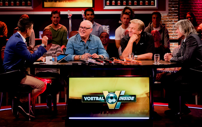 De heren van Voetbal Inside met Wilfred Genee, Rene van der Gijp, vaste gast Jan Boskamp en Johan Derksen.