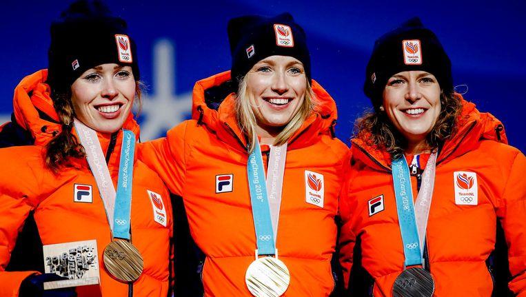 Antoinette de Jong, Carlijn Achtereekte en Ireen Wust met hun medailles op Medal Plaza voor de 3000 meter tijdens de Olympische Winterspelen van Pyeongchang. Beeld anp