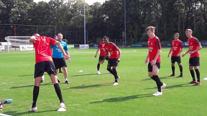 Jaden Brown (midden) op de training bij NEC.