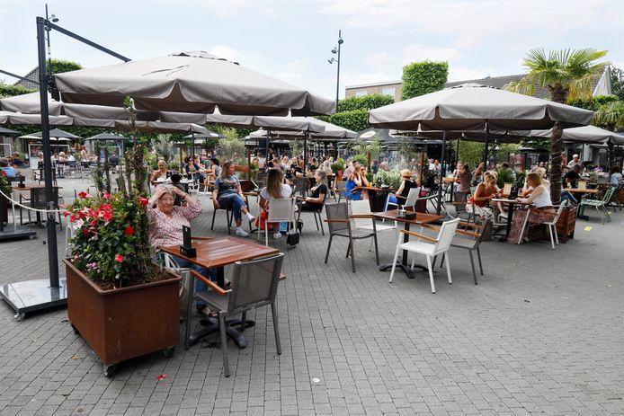 In juni werden de terrassen op de Markt in Wijchen stukken groter.