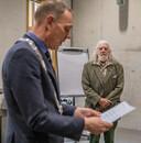 Burgemeester Ron König leest voor waar Pete aan moet voldoen. 'Dat verklaar en beloof ik', belooft hij plechtig. Hij heeft de zin de ochtend voorafgaande aan de naturalisatie thuis geoefend.