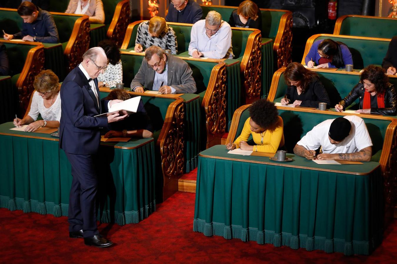 Philip Freriks leest het Groot Dictee der Nederlandse Taal voor in de Vergaderzaal van de Eerste Kamer.