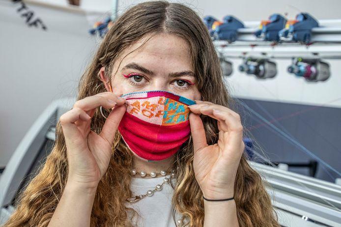Yamuna Forzani met een van de maskers