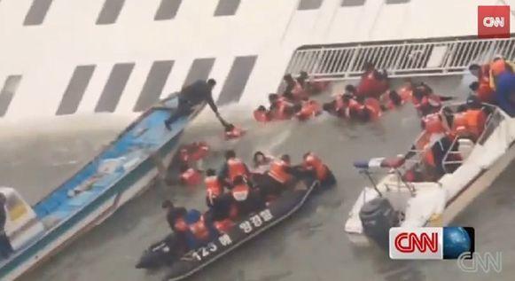 Links de blauwe vissersboot van Kim Hyun-ho. De visser kon een 25-tal passagiers redden.