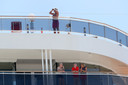 Passagiers van de MSC Magnifica in een haven nabij Perth (Australië) op 24 mei.