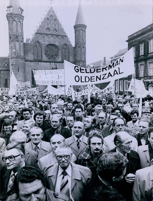 Toen demonstreren op het Binnenhof nog mocht (1978): werknemers van een textielbedrijf uit Oldenzaal protesteren.