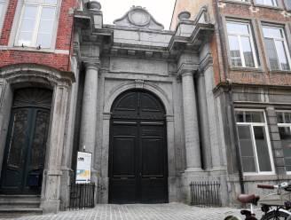 Wat is het verhaal achter die grote poort in de Schrijnmakersstraat? Het stadsbestuur verklapt het
