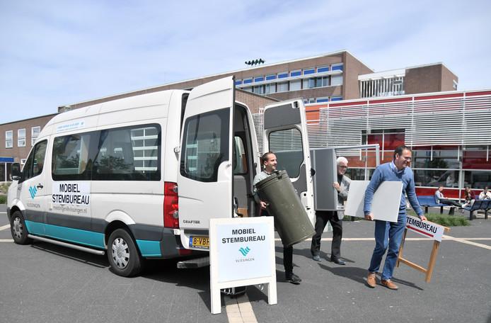 Danker de Jonge, Hans Koeman en Alex de Böck (vlnr) arriveren met het mobiel stembureau bij de HZ.