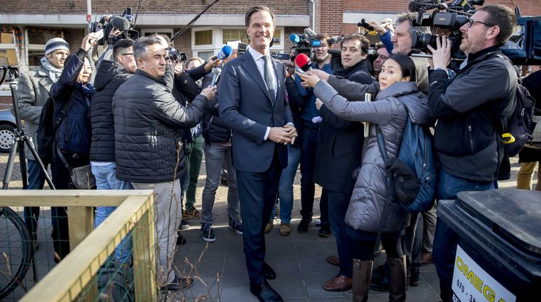 Ook Mark Rutte ging stemmen. Dat deed hij in basisschool 'Wolters' in Den Haag, onder massale (buitenlandse) belangstelling.