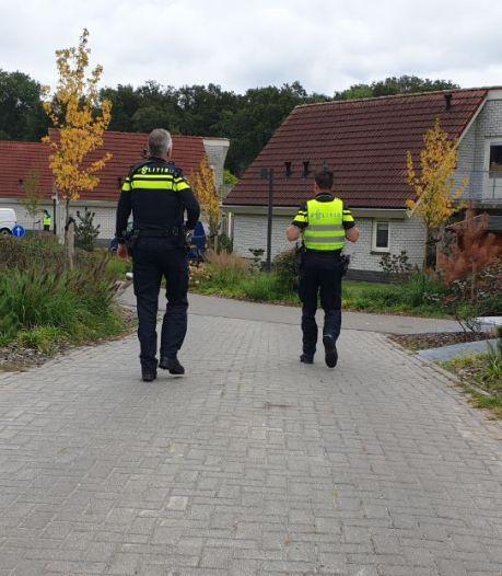 Politielinten in Delden na vondst dode Pool (49) in bungalow: 'Dit verwacht je hier toch niet?'