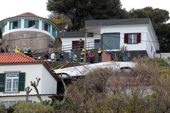 Reddingswerkers bij het wrak van de gecrashte bus