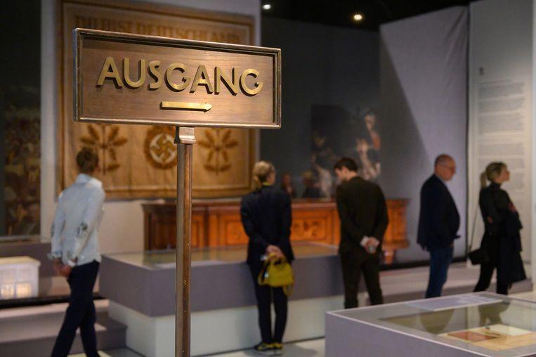 De tentoonstelling Design van het Derde Rijk in Design Museum Den Bosch, met op achtergrond het dressoir uit het kantoor van Adolf Hitler.  Beeld Design Museum Den Bosch