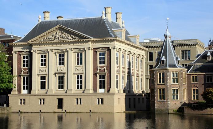 Het Mauritshuis met het Torentje (rechts).
