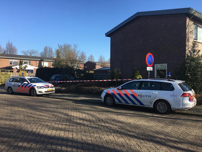 De politie deed onderzoek bij de woning van de bejaarde vrouw in Hardenberg.