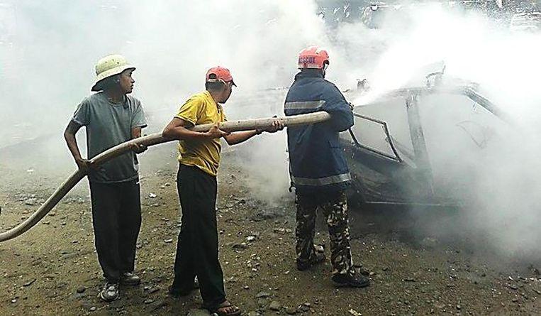 De Nepalese brandweerlui blussen met de riemen die ze hebben, maar nieuw materiaal is duidelijk geen overbodige luxe.