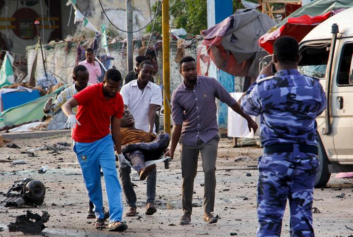 Hulpverleners redden slachtoffers van de bomaanslag in Mogadishu.