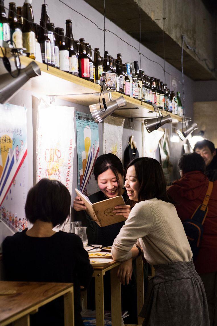 In de bar Moon & Sun hippe gasten, die graag Engels spreken. Beeld Sanne de Wilde / de Volkskrant