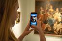 Loes van Bemmel, studente Kunstmatige Intelligentie aan de Radboud Universiteit, scant een schilderij in Museum Het Valkhof.