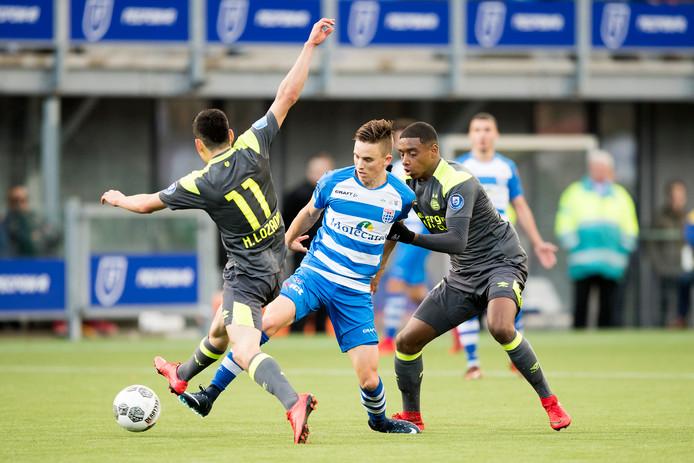 Ryan Thomas namens PEC Zwolle aan de bal tegen PSV.