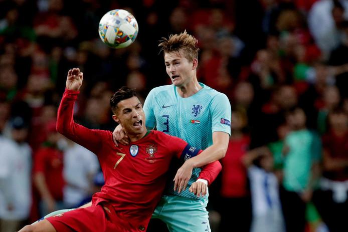 Matthijs de Ligt in duel met Cristiano Ronaldo in de finale van de Nations League. De Oranje-international meldt zich vandaag weer bij Ajax.
