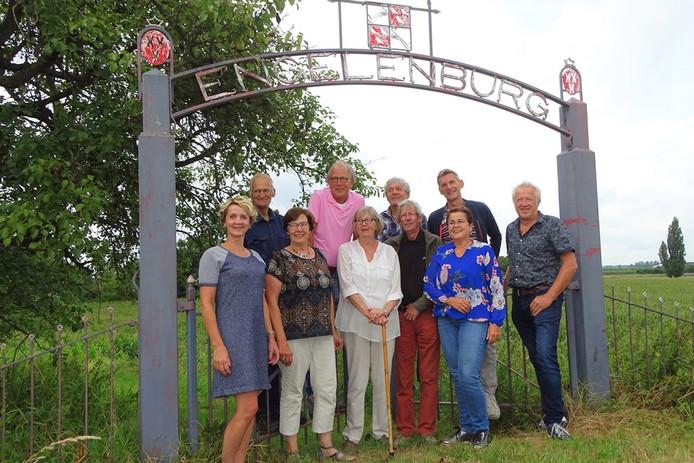 Het nieuwe klompenpad in Herwijnen kwam tot stand door de inzet van meerdere mensen, onder wie grondeigenaren en vrijwiligers van organisaties uit het dorp.