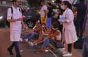 Slachtoffers hebben zich verzameld op de stoep bij een van de ziekenhuizen in Beiroet.