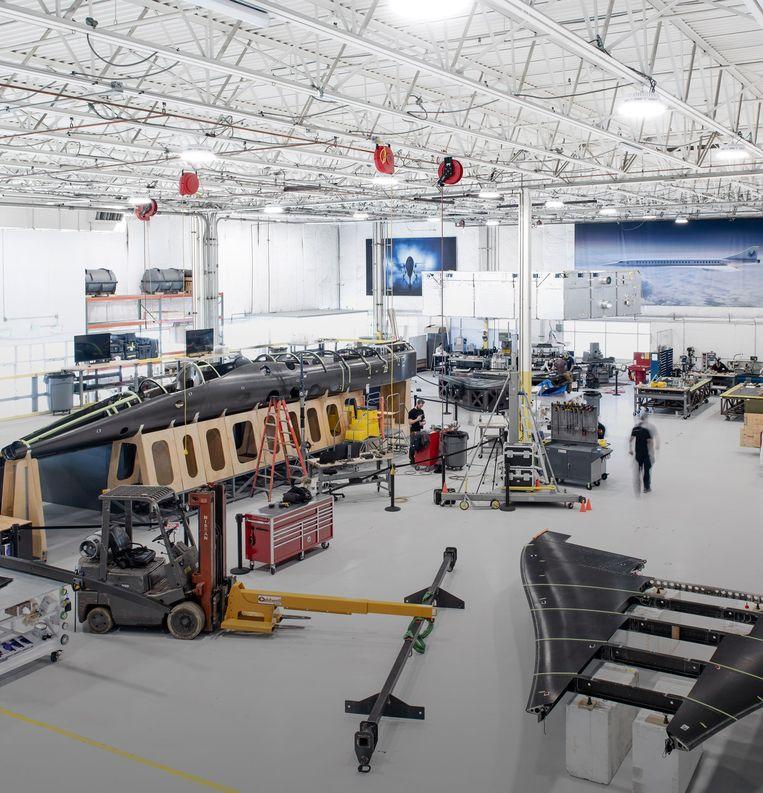 Beeld van de fabriek in Englewood (Colorado) met de XB-1, of zoals hij liefkozend wordt genoemd de 'Babyboom': een demonstratievliegtuig waarmee Boom volgend jaar testvluchten hoopt uit te voeren. Beeld Boom Supersonic