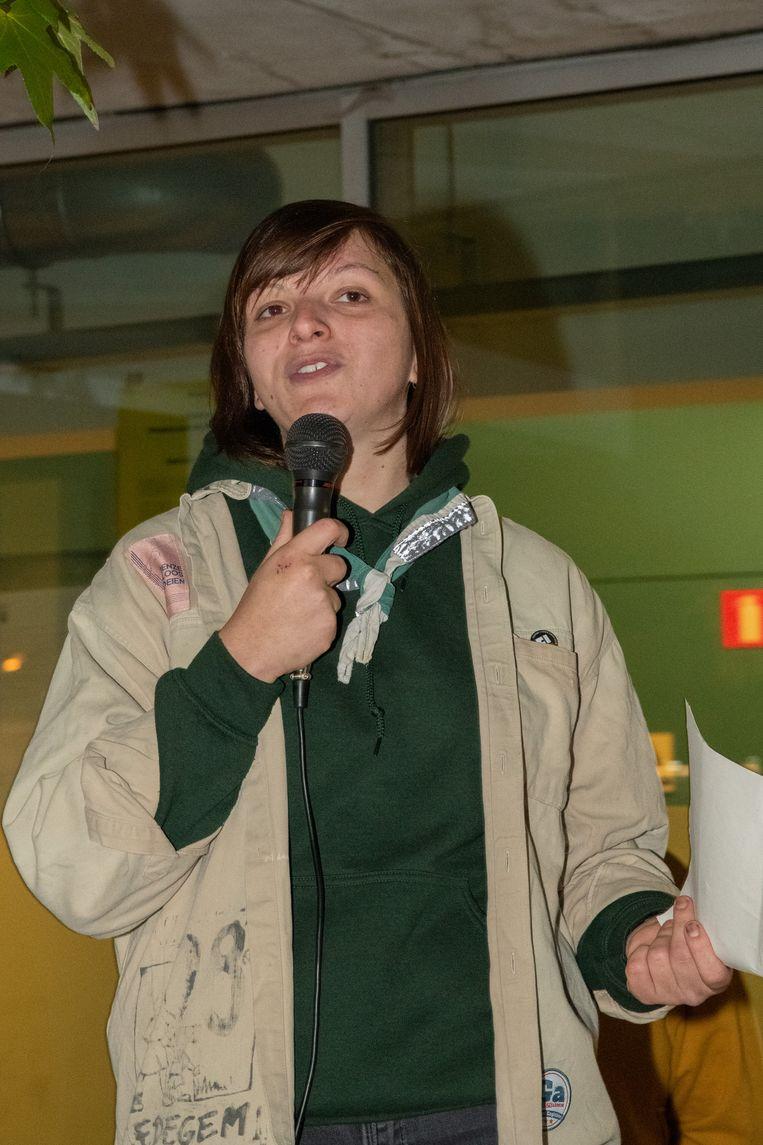 Jeugdraadvoorzitter Joni De Bleecker sprak haar achterban aan op het Gemeenteplein.