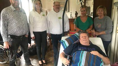 Verrassing op Vaderdag: vader met dubbele beenbreuk krijgt radiozender over de vloer