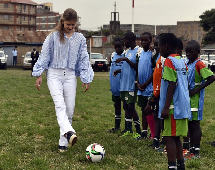La princesse Elisabeth joue au football lors d'une visite à l'Académie de football ACAKORO à Korogocho, dans les quartiers informels de Nairobi, au Kenya, le mercredi 26 juin 2019.