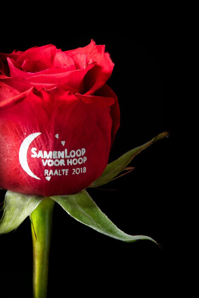 De tekst op de roos blijft volgens bloemist Peter Veldmaat zichtbaar, ook als de bloem verdroogt.