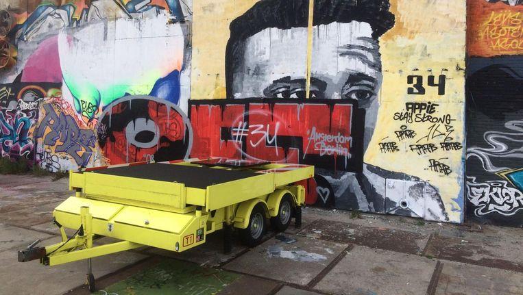 Graffitiartiesten mogen naar hartelust op de muren van de omvangrijke loods schilderen, al zitten er wel wat ongeschreven regels aan verbonden. Beeld Tom Kieft
