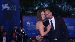 Schoenaerts dolt met tegenspeelster Adèle Exarchopoulos op de rode loper in Venetië