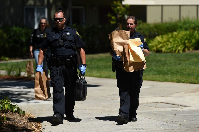 Agenten komen met mogelijk bewijsmateriaal uit een appartementencomplex.
